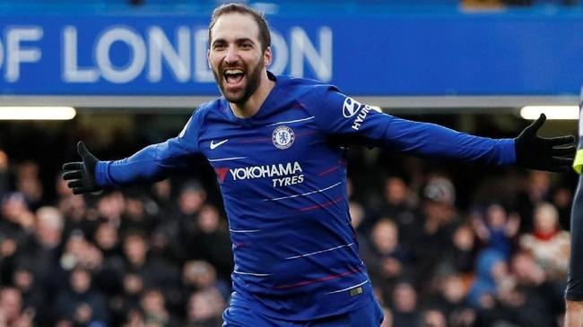 Gonzalo Higuain sukses mencetak gol keempat Chelsea atas Huddersfield. Striker asal Argentina tersebut membuktikan ketajamannya setelah gagal cetak gol di dua laga perdananya. (REUTERS/David Klein)