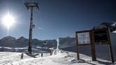 Dalam konser yang digelar di igloo dengan temperatur di bawah nol derajat di Pegunungan Alpen Italia, instrumen musik yang digunakan pun terbuat dari es. (Marco BERTORELLO / AFP)