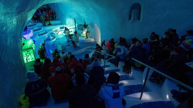 Mereka yang datang menyaksikan konser orkestra di pusat olahraga musim dingin Passo Paradiso, pada ketinggian 2.600 meter dpl itu ikut takjub oleh hasilnya. Meski alat-alat musik itu terkesan rapuh dan jika tidak hati-hati bisa pecah atau bahkan meleleh, suara yang dihasilkan luar biasa. (Marco BERTORELLO / AFP)
