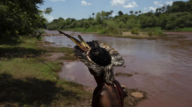 Dampak hancurnyabendungan penampungan sisa penambangan bijih besi milik perusahaan Vale diBrasil turut membahayakan suku Pataxo Ha-ha-hae. (Photo by Mauro Pimentel / AFP)