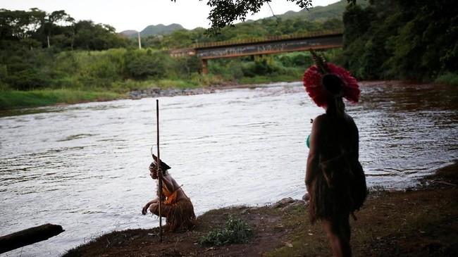 Selama ini mereka menggantungkan hidup dari ikan-ikan di Sungai Paraopeba sebagai sumber makanan utama. (REUTERS/Adriano Machado)