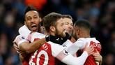 Gol Laurent Koscielny makin menunjukkan bahwa salah satu kelemahan yang mencolok dari Manchester City adalah antisipasi terhadap skema bola mati. (REUTERS/Andrew Yates)