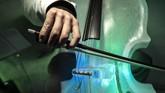 Satu mandolin misalnya, butuh lima sampai enam hari untuk pembuatan. Sementara alat musik lain yang lebih besar butuh waktu pembuatan lebih lama, bisa berbulan-bulan. (Marco BERTORELLO / AFP)