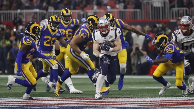Pemain New England Patriots Rex Burkhead berusaha menghindar dari kejaran pemain LA Rams. Skor Super Bowl terendah sebelum terjadi pada 1973 saat Miami Dolphins mengalahkan Washington Redskins 14-7. (REUTERS/Kevin Lamarque)