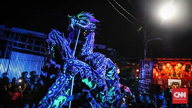 Berbagai macam pertunjukan tradisi seni Tionghoa, seperti wayang potehi dan barongsai tampil di panggung terbuka Pasar Imlek Semawis.
