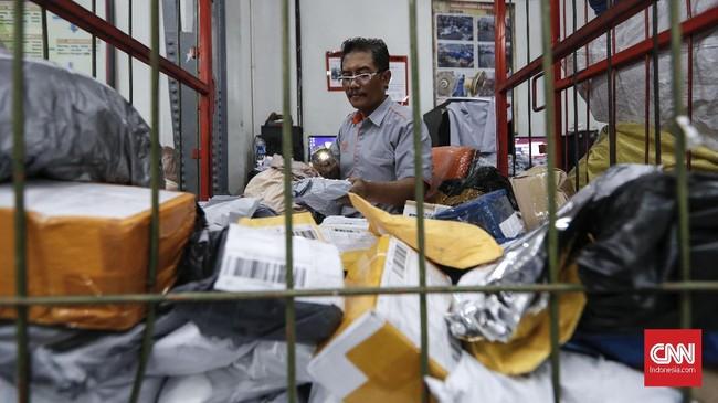 Karyawan memindai paket dari luar negeri di unit Antaran PT Pos Indonesia. (CNNIndonesia/Safir Makki)