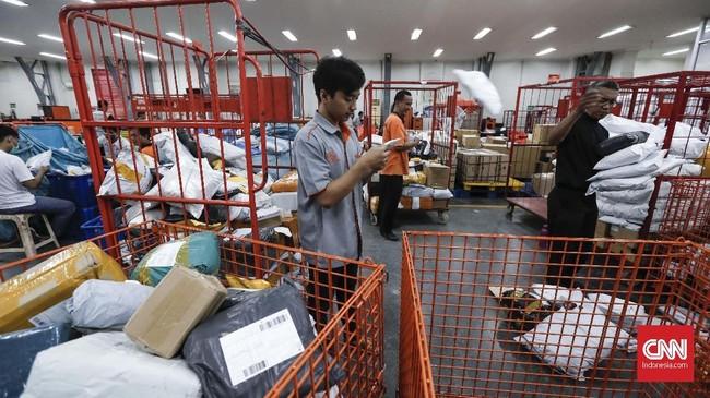Aktivitas petugas menyortir dokumen dan paket dari luar negeri di kantor Pos Indonesia, Jakarta. (CNNIndonesia/Safir Makki)
