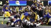 Satu-satunya touch down di Super Bowl 2019 terjadi saat kuarter terakhir menyisakan tujuh menit ketika pemain New England Patriots Sony Michel berhasil merangsek ke pertahanan LA Rams. (REUTERS/Mike Segar)