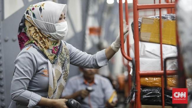 Petugas memisahkan paketan di kantor Pos Indonesia, Jakarta. (CNNIndonesia/Safir Makki)