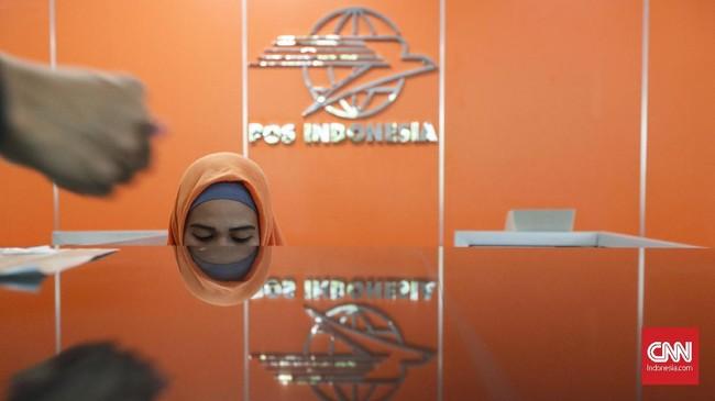 Karyawan melayani pengunjung di layanan pengiriman surat menyurat di Kantor Pos Indonesia, Jakarta, Senin, 4 Februari 2019. (CNNIndonesia/Safir Makki)