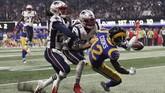 Salah satu momen penting adalah ketika duo New England Patriots Duron Harmon dan Stephon Gilmore berhasil mengadang pemain Los Angeles Rams Brandin Cooks dalam menerima bola. (REUTERS/Mike Segar)