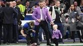 Conor McGregor bermain dengan putranya, Conor Jack McGregor Jr., di lapangan Stadion Mercedes-Benz sebelum pertandingan Super Bowl 2019. (Harry How/Getty Images/AFP