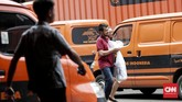 Warga mengambil paket pos dari luar negeri di kantor Pos Indonesia, Jakarta. (CNNIndonesia/Safir Makki)