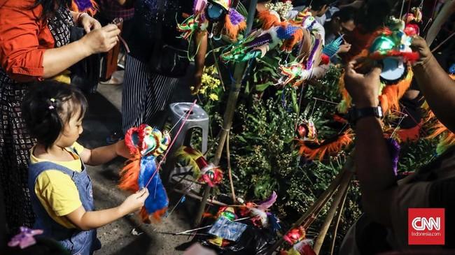 Pasar Imlek Semawis berlangsung selama tiga hari menjelang Imlek, mulai dari jam enam sore hingga jam tengah malam, di sepanjang Jalan Wotgandul Timur, Kawasan Pecinan Semarang.