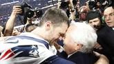 Tom Brady merayakan gelar Super Bowl 2019 bersama pemilik New England Patriots Robert Kraft. (REUTERS/Kevin Lamarque)