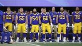 Para pemain LA Rams mendengarkan lagu kebangsaan Amerika Serikat sebelum final NFL Super Bowl 2019 di Stadion Mercedes-Benz. (REUTERS/Kevin Lamarque)