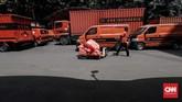 Petugas membawa dokumen dan paket yang akan dikirim di kantor Pos Indonesia, Jakarta. (CNNIndonesia/Safir Makki)