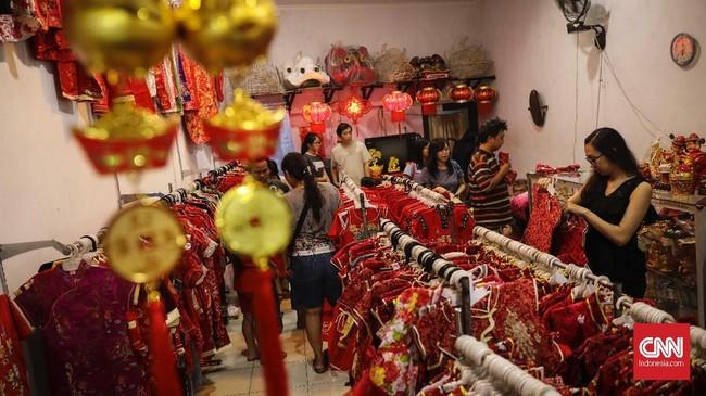 Toko perlengkapan dan aksesoris Imlek yang berada disepanjang jalan Wotgandul tersebut tampak ramai diserbu pembeli.