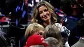 Super model asal Brasil Gisele Bundchen yang juga merupakan istri dari bintang New England Patriots Tom Brady merayakan keberhasilan suaminya merebut gelar Super Bowl keenam. (Streeter Lecka/Getty Images/AFP)