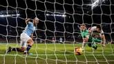 Sergio Aguero akhirnya mencetak hattrick di menit ke-61. Gol ini berbau kontroversial karena bola sempat mengenai tangan Aguero. (REUTERS/Andrew Yates)