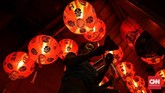 Petugas memasang lampion di klenteng Ling Hok Bio, pemasangan lampion bermakna sebagai lentera penerang kehidupan umat sepanjang tahun.