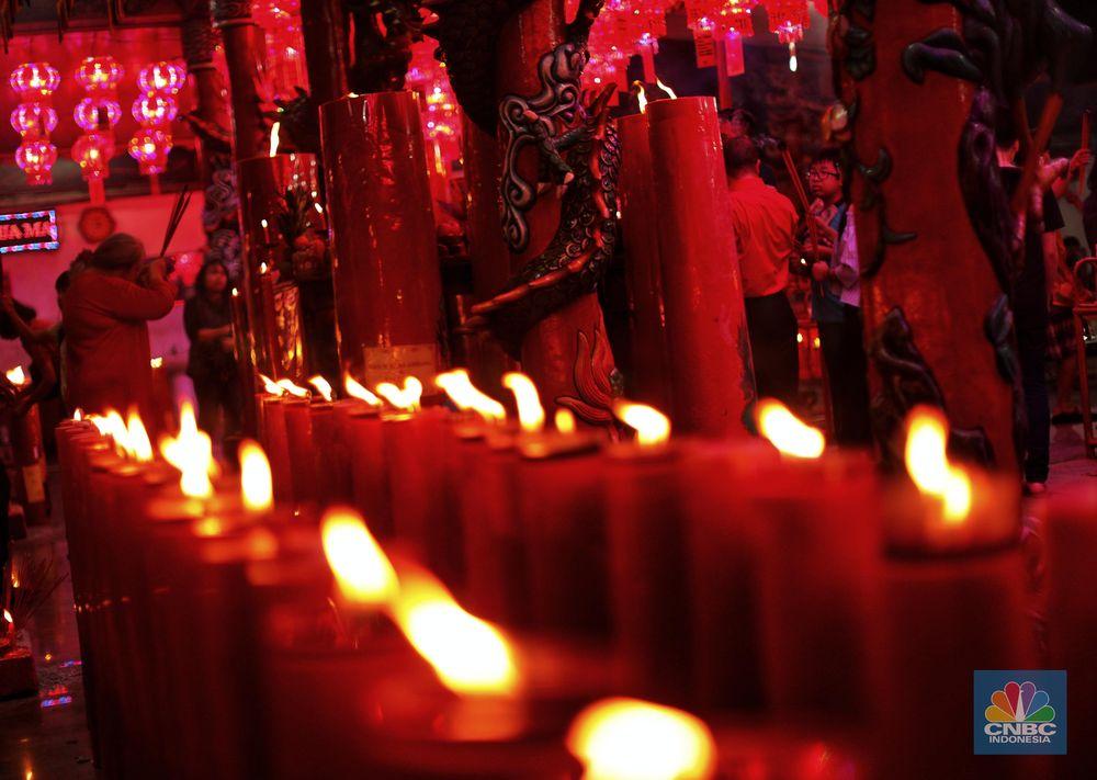 Warga keturunan Tionghoa sembahyang saat ibadah malam Tahun Baru Imlek diWiharaHok Tek Tjeng Sin, Karet, Jakarta Selatan, Senin (4/2/2019). Ibadah pada malam pergantian tahun baru Imlek 2570 itu dimaknai sebagai doa pengharapan keburuntungan di tahun babi tanah. (CNBC Indonesia/ Andrean Kristianto)