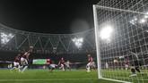 Liverpool unggul lebih dulu pada menit ke-22 melalui gol Sadio Mane setelah menerima umpan silang James Milner. (REUTERS/David Klein)