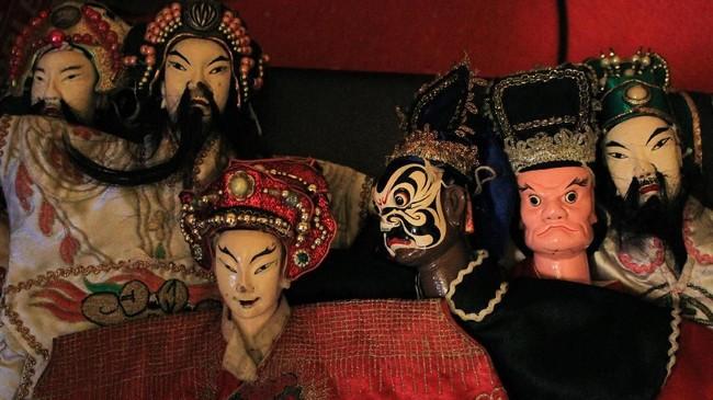 Wayang Potehi bisa punya beragam cerita, yang paling sering dipentaskan adalah karakter utama seperti Sun Go Kong, Cut Pat Kay, dan Sie Kong. (ANTARA FOTO/Putra Haryo Kurniawan)