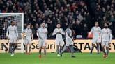 Para pemain Liverpool termasuk Adam Lallana dan James Milner bereaksi setelah West Ham menyamakan kedudukan lewat gol Michail Antonio. (REUTERS/David Klein)