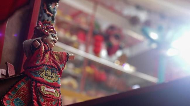 Pementasan Wayang Potehi biasanya menjamur di awal tahun menjelang perayaan Imlek atau Tahun Baru China. Itu pun menjadi ladang rezeki bagi para dalang dan kru nya. (ANTARA FOTO/Putra Haryo Kurniawan)