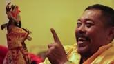 Kali ini yang menjadi dalam adalah Sugiyo Waluyo, atau akrab dipanggil Dalang Subur. Ia bersama kelompok Fuk Ho Ann datang dari Surabaya untuk mementaskan Wayang Potehi. (ANTARA FOTO/Putra Haryo Kurniawan)