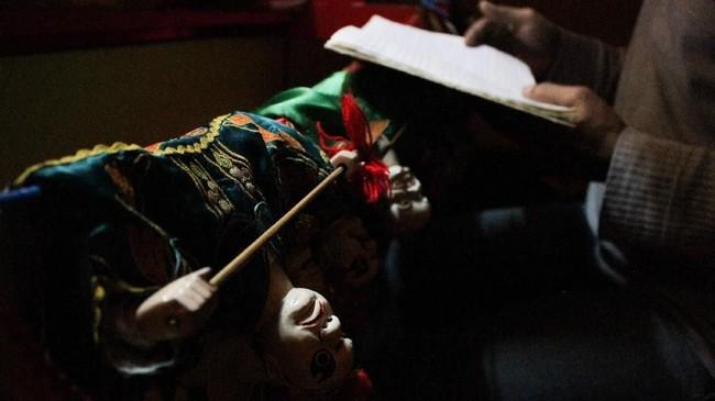 Wayang Potehi diawali alunan musik khas Tiongkok yang identik dengan suara tabuhan tambur ditambah gesekan erhu yang memecah keramaian. (ANTARA FOTO/Putra Haryo Kurniawan)