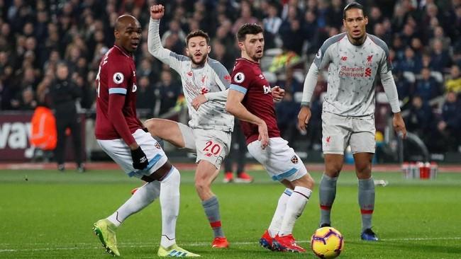 Adam Lallana (tengah) yang sempat absen cukup lama karena cedera kembali dimainkan sebagai starter Liverpool saat melawan West Ham United. (REUTERS/David Klein)