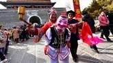 Seorang seniman rakyat tampil selama acara merayakan Tahun Baru Imlek China yang akan datang, di kota kuno Qingzhou di Weifang, provinsi Shandong, China. (REUTERS/Stringer)