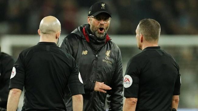 Manajer LiverpoolJuergen Klopp melakukan protes kepada wasit Kevin Friendusai pertandingan melawan West Ham United. (Reuters/John Sibley)