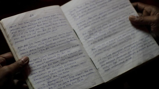 Dalang Subur tengah membawakan cerita 'Sie Kong Hoan Tong,' yang mengisahkan perjalanan pendeta bernama Sie Kong yang berjuang ingin merebut kembali kedinastian Tong. (ANTARA FOTO/Putra Haryo Kurniawan)