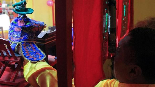 Wayang Potehi terbuat dari kayu mahoni lunak dan dibalut oleh aneka kostum khas China. (ANTARA FOTO/Putra Haryo Kurniawan)