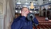 Di tengah kontroversi ini, warga di Acre merindukan suara Masri. Suara pria berusia 46 tahun itu telah menjadi makanan sehari-hari penduduk Acre. (Reuters/Ammar Awad)