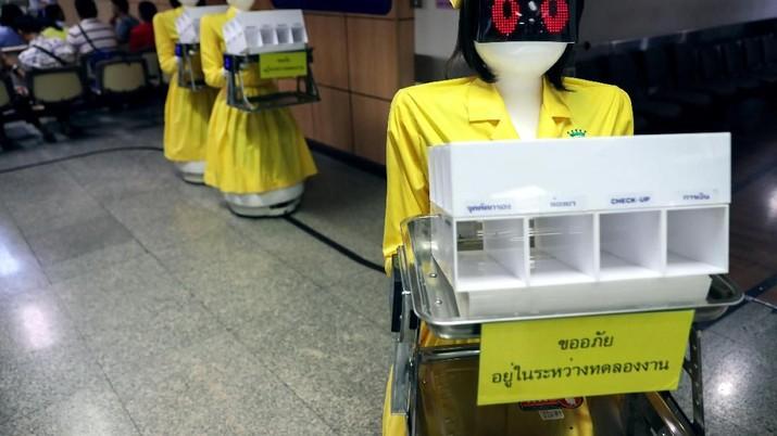 Robot-robot tersebut bertugas membawa dan memberi dokumen riwayat rekam medis pasien.
