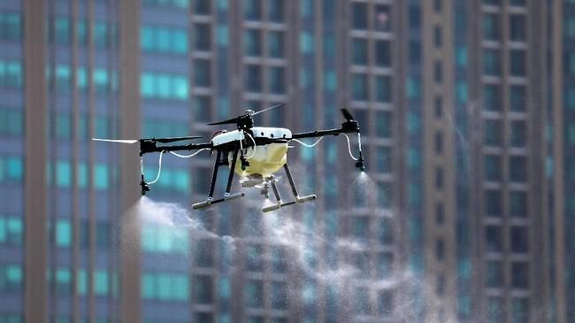 Drone-drone ini diterbangkan untuk menyemprotkan bahan kimia ke langit Bangkok guna menangkal polusi udara di kota itu. Pasalnya, kabut asap telah menyelimuti kota ini selama berminggu-minggu.(REUTERS/Athit Perawongmetha)