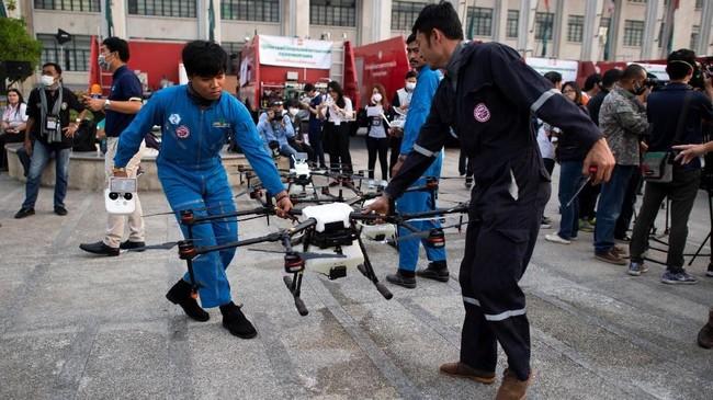 Mereka juga melakukan inspeksi ke pabrik-pabtik untuk mengukur kadar polusi yang mereka produksi. Beberapa mengkritik solusi drone ini tidak efektif untuk menangani masalah polusi di Bangkok. (Photo by Jewel SAMAD / AFP)