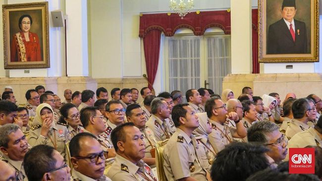 Bagi-bagi Sertifikat Sukses, Jokowi Beri 'Bonus' Pegawai BPN