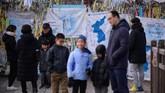 Ketika jalan-jalan di Korea Selatan hiruk pikuk karena para warga berseliweran untuk berkumpul dengan sanak saudara pada Tahun Baru Imlek, zona demiliterisasi yang membatasi negara tersebut dengan Korea Utara sangat sepi. (AFP Photo/Ed Jones)