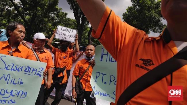Serikat Pekerja Pos Indonesiamemprotes disparitas gaji yang sangat besar antara level staf dan pimpinan perusahaan. (CNN Indonesia/Adhi Wicaksono).