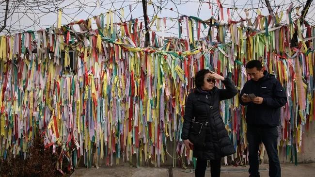 Perkembangan ini terjadi di tengah pengeratan kembali hubungan kedua negara, terutama setelah Presiden Korsel, Moon Jae-in, bertemu dengan pemimpin tertinggi Korut, Kim Jong-un, tahun lalu. (AFP Photo/Ed Jones)