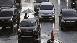 8 Poin Berkendara Aman Saat Hujan pada Malam Tahun Baru