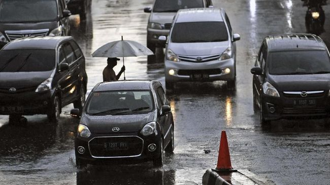 Kendaraan Terguyur Hujan Wajib Dibilas Agar Tak Kusam