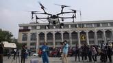 Drone ini dikerahkan setelah warga mengkritik pemerintah bereaksi lambat atas kasus ini. Tak cuma drone, pemerintah juga menggunakan pesawat kecil dan truk untuk menyemprotkan air di kota itu. (Photo by Jewel SAMAD / AFP)