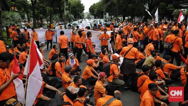 Serikat Pekerja mengancam akan melanjutkan aksi demonstrasi ke Istana Negara jika tuntutan mereka tidak didengar. (CNN Indonesia/Adhi Wicaksono).