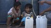 Selain mahal, warga pun dijatah membali BBM hanya 1,5 liter atau seukuran botol air mineral.(ANTARA FOTO/Puspa Perwitasari)
